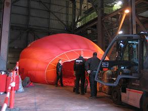 Photo: Det var nødvendigt at få hjælp af en gaffeltruck for at få rejst ballonen. Først blev ballonen fyldt af kold luft, og da vi begyndte at varme kørt gaffeltrucken langsom frem med kurven, imens ballonen langsomt rejste sig inde i bygningen.