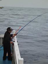 """Photo: 「底引き漁師」の""""ウチダさん""""、ウキ流しでヒーット!"""