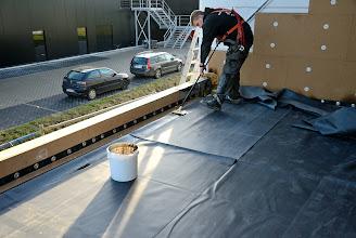 Photo: 20-11-2012 © ervanofoto Op het terras is begonnen met de rubber dakdichting aan te brengen.