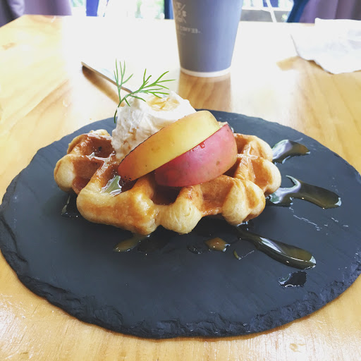 鬆餅屬比較脆偏硬 但是擺盤看起來很可口 適合下午茶👍