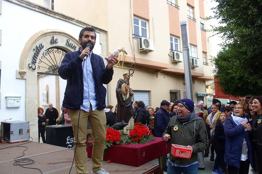 El periodista de La Voz, Álvaro Hernández, dirigiendo la subasta de los rabicos de San Antón.
