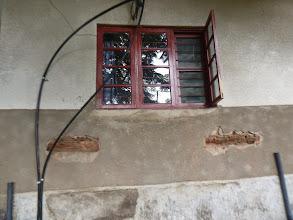Photo: Grote gaten in onze muur. Opgegeten door de termieten.