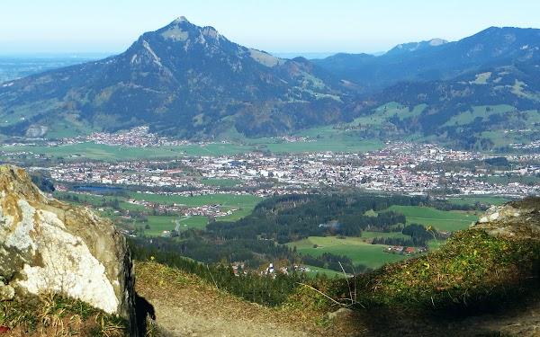 Bild: Blick vom Sattel am Abzweig zum Rangiswanger Horn ins Illertal auf Sonthofen und Grünten Allgäu