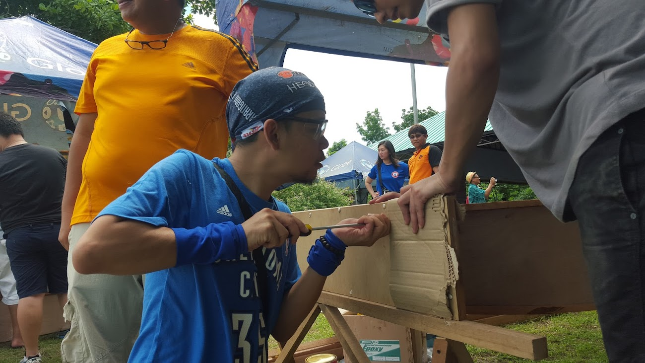RON VILLAGONZALO OF WHPINAS.COM SHOWS HIS CARPENTRY SKILLS DURING GLOBE-PUSOD TLCC BOAT BUILDING WEEKEND ADVOCACY.