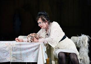 Photo: Wien/ Akademietheater: DIE PRÄSIDENTINNEN von Werner Schwab. Inszenierung David Bösch. Barbara Petritsch. Copyright: Barbara Zeininger