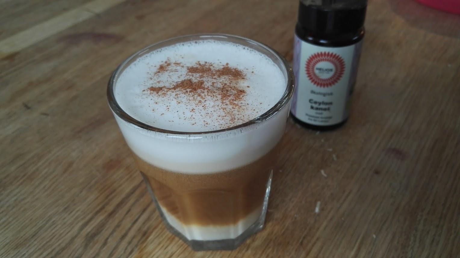 Kaffe med mandelmelk og kaneldryss