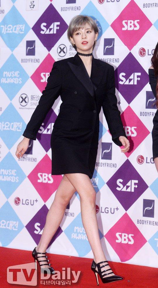 jeongyeon suit 14