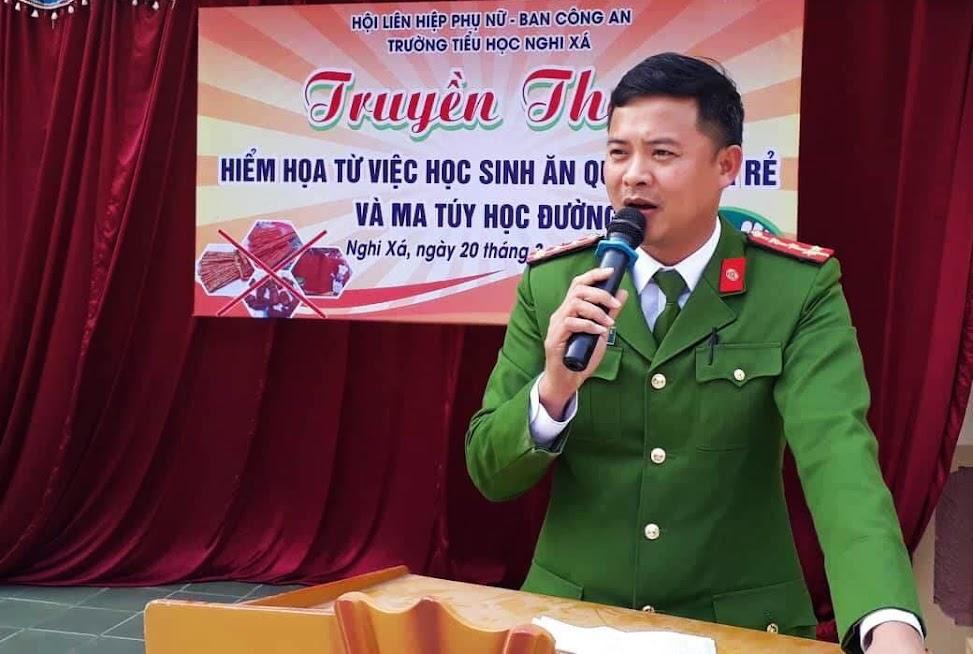Đại úy Nguyễn Đình Cường, Đội Phó Đội CSĐTTP về Hình sự, Kinh tế, Ma túy Công an huyện Nghi Lộc tuyên truyền, phổ biến, giáo dục pháp luật cho các em học sinh