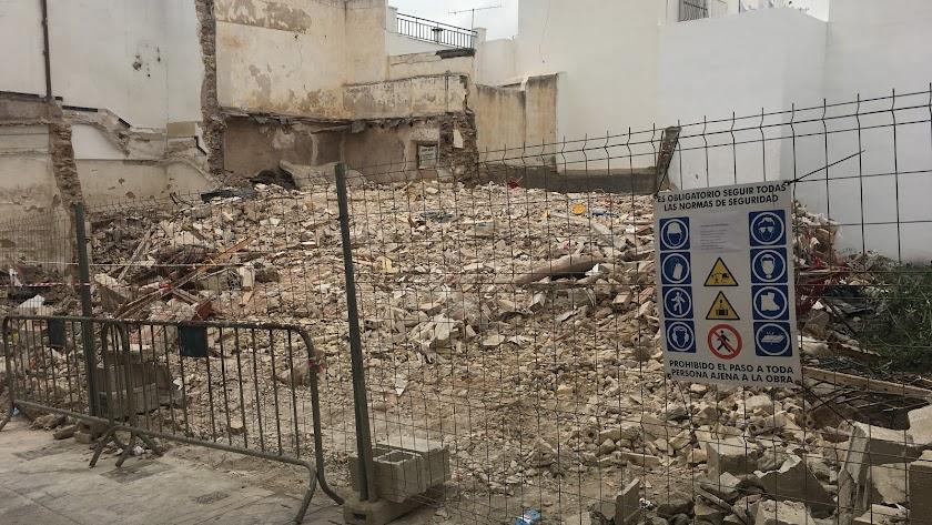 Restos de la demolición en una céntrica calle de Vera.