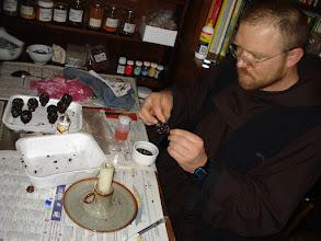 Photo: fr.Paulius prepara gli spineti x i ceri pasquali