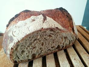 Photo: pain d'épeautre T70, au levain naturel. l'eau a été remplacée par du petit lait de kéfir