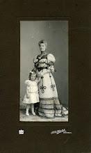 Photo: Anna Maria Gerardina Jacoba Veerman, geb. Batavia 18-11-1861, met haar enige dochtertje Hermance ('Mansje'), geb. Arnhem 28-5-1902. Anna was in 1900 getrouwd met de weduwnaar Willem Frederik Hesselink.