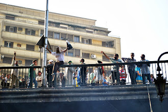 Photo: Protesters stand atop a bridge over Ramsis Square for Friday's 'Day of Rage' following the recent brutal police and military crackdown on two pro Morsi sit ins that left over 500 people dead. Clashes between police and protesters broke out shortly after the noon prayer, leading to at least 95 people being killed. Cairo, EGYPT - 16/8/2013. Credit: Ali Mustafa/SIPA Press