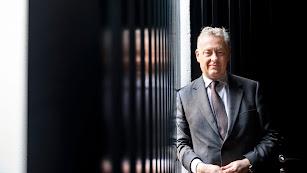 Simon Manley, embajador de Reino Unido en España, posa en las instalaciones del hotel de la Plaza Vieja donde se alojó