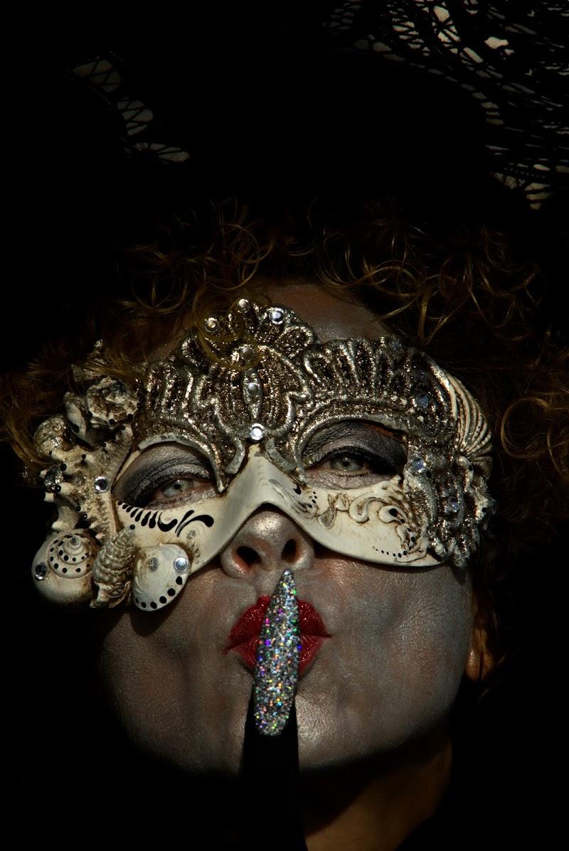 sotto la maschera di ruggeri alessandro