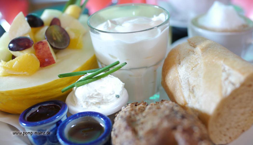 Photo: Florida Frühstück  Halbe Honigmelone gefüllt mit frischen Früchten, Rahmjoghurt,ofenfrisches Baguette, Marmelade & Honig, Butter