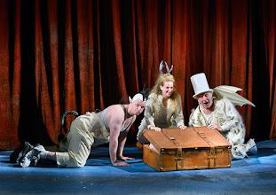 Photo: WIEN/ Akademietheater: DIE SCHNEEKÖNIGIN - Märchen von Hans Christian Andersen. Inszenierung: Anette Raffalt, Premiere 15. November 2014. André Meyer, Nadia Migdal, Hans Dieter Knebel. Foto: Barbara Zeininger