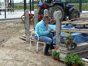 Photo: moeder Van de Vliet werkt geconcentreerd door