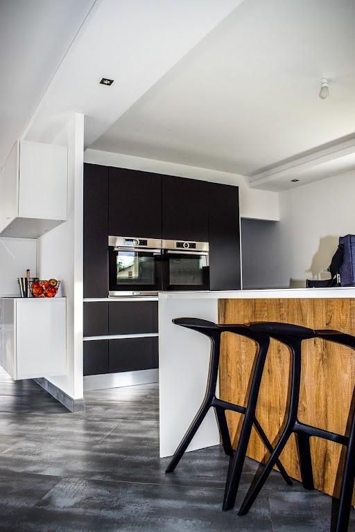W dużej kuchni warto zwrócić uwagę m.in. na blaty, front oraz dobór płytek