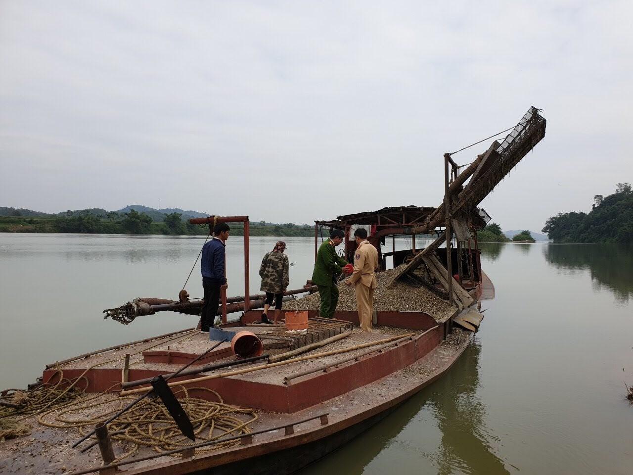 Đoàn liên ngành tiến hành kiểm tra thuyền                   của người dân
