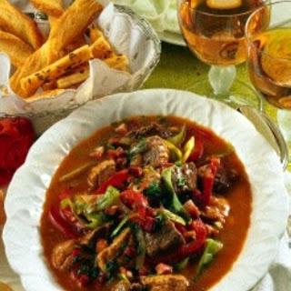 Gulasch mit Paprika und Weißkohl