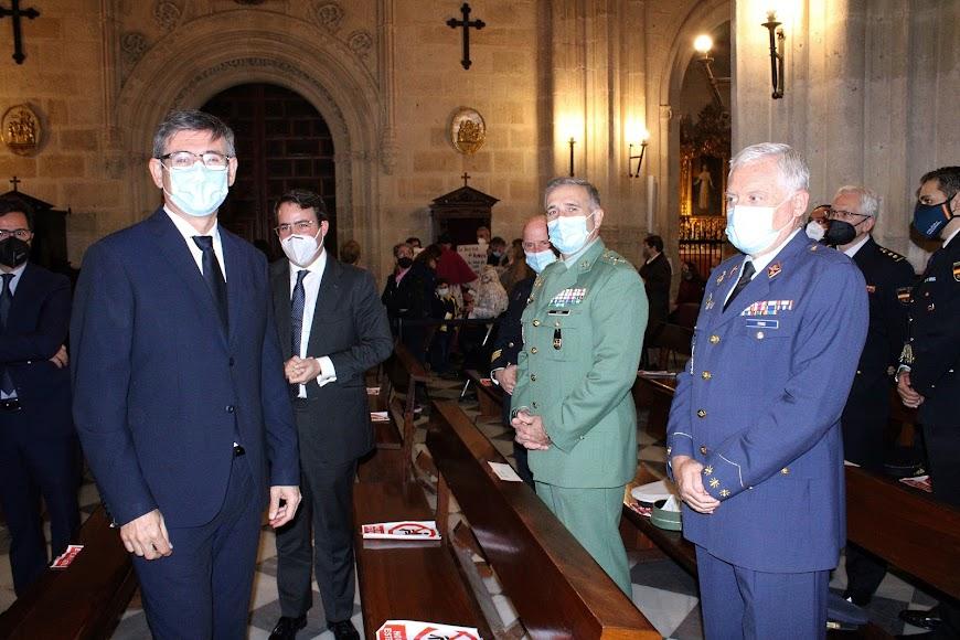 El alcalde de Adra, el diputado provincial, el general jefe de la Brigada de La Legión y el subdelegado de Defensa.