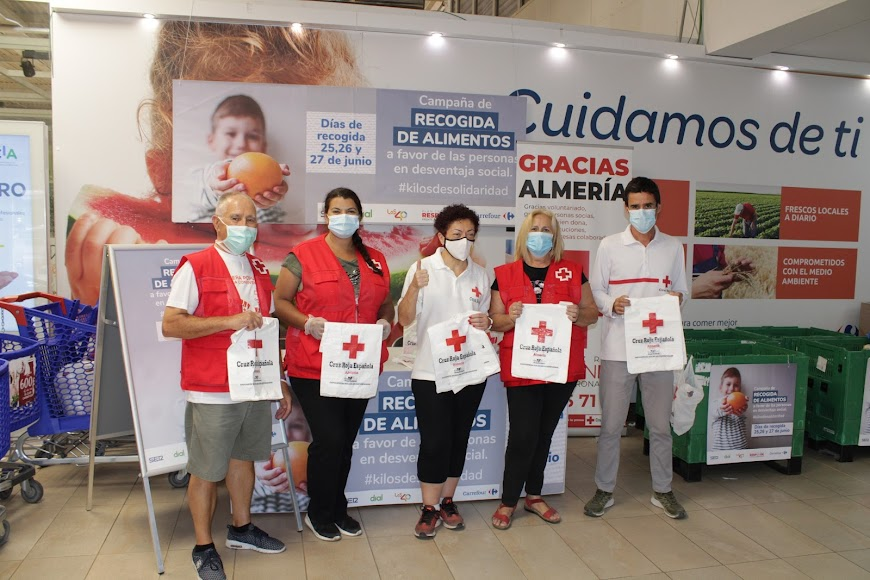 La responsable de Intervención Social de Cruz Roja y voluntarios.