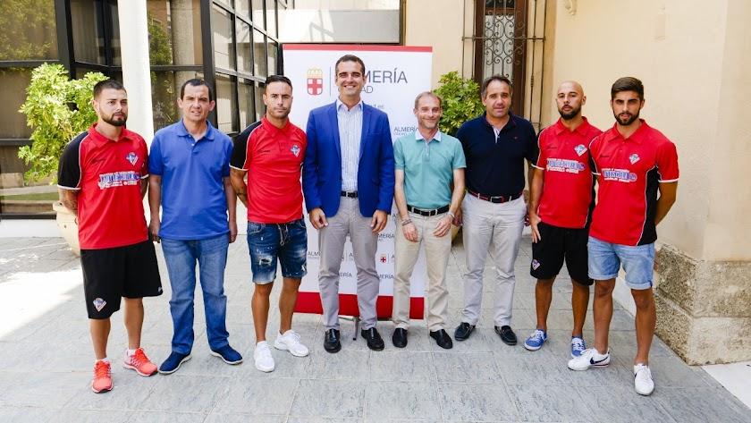 Ramón Fernández-Pacheco con la familia del Poli Almería.