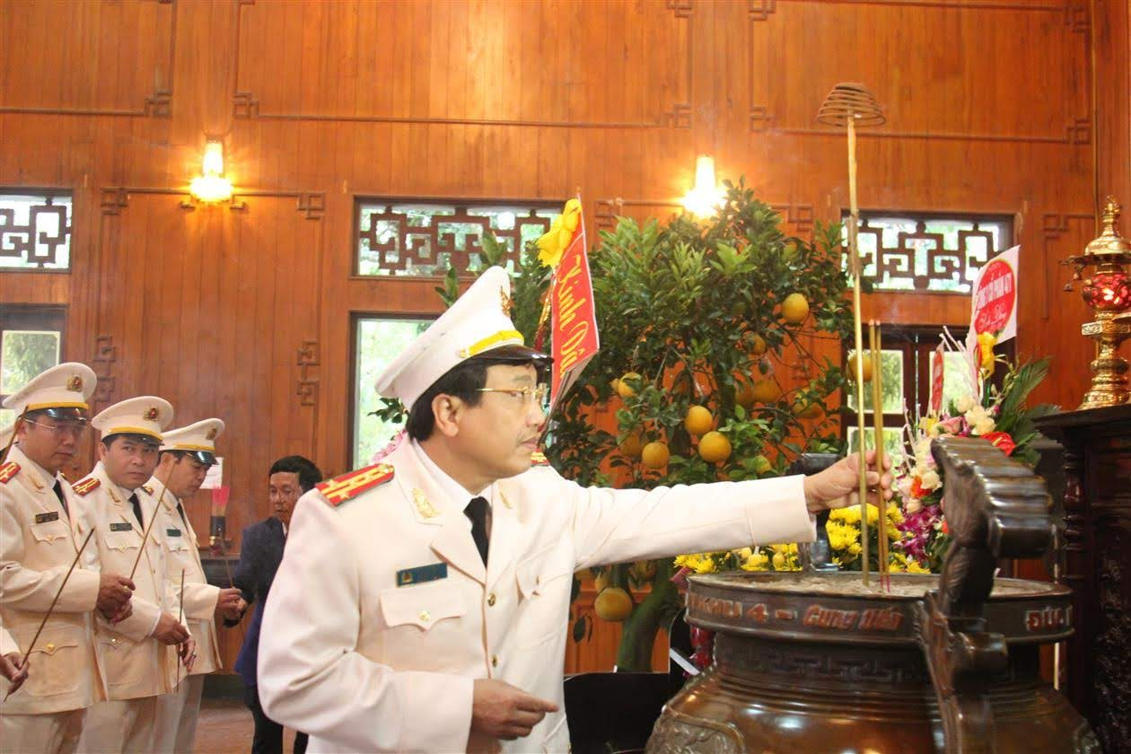 Đại tá Hồ Văn Tứ, Phó Bí thư Đảng ủy, Phó Giám đốc CA tỉnh dâng nén hương lên anh linh Chủ tịch Hồ Chí Minh