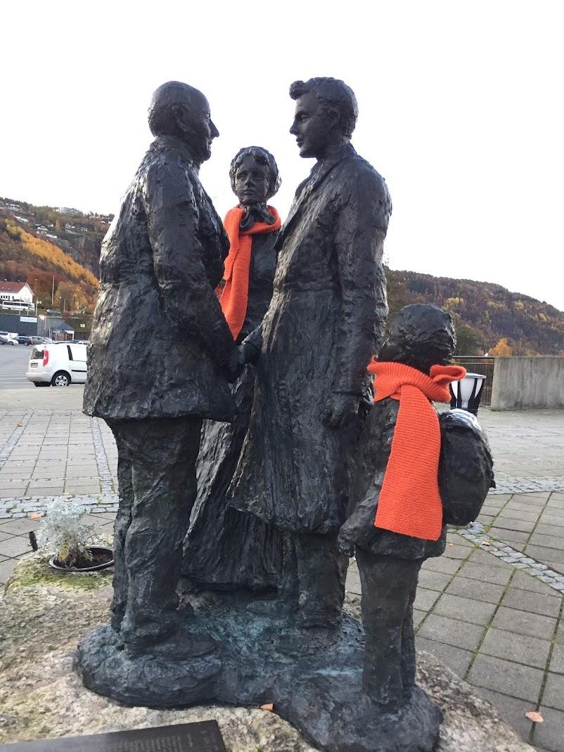 utvandrere med oransje skjerf