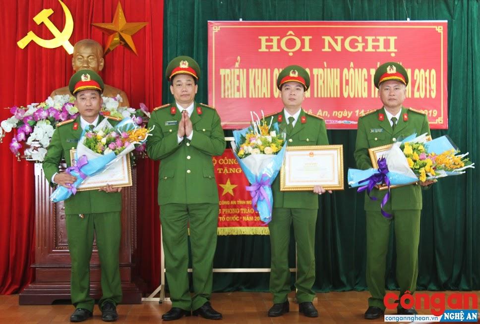 Đồng chí Đại tá Nguyễn Mạnh Hùng, Phó Giám đốc Công an tỉnh khen thưởng cho những cá nhân có thành tích xuất sắc trong đợt thi đua đặc biệt