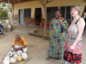 Photo: Avec Dato Victorine,assistante sociale, amie de longue date, nous nous préparons à visiter plusieurs sites, avec dans notre véhicule des ballons de foot à distribuer, accueil garanti !!