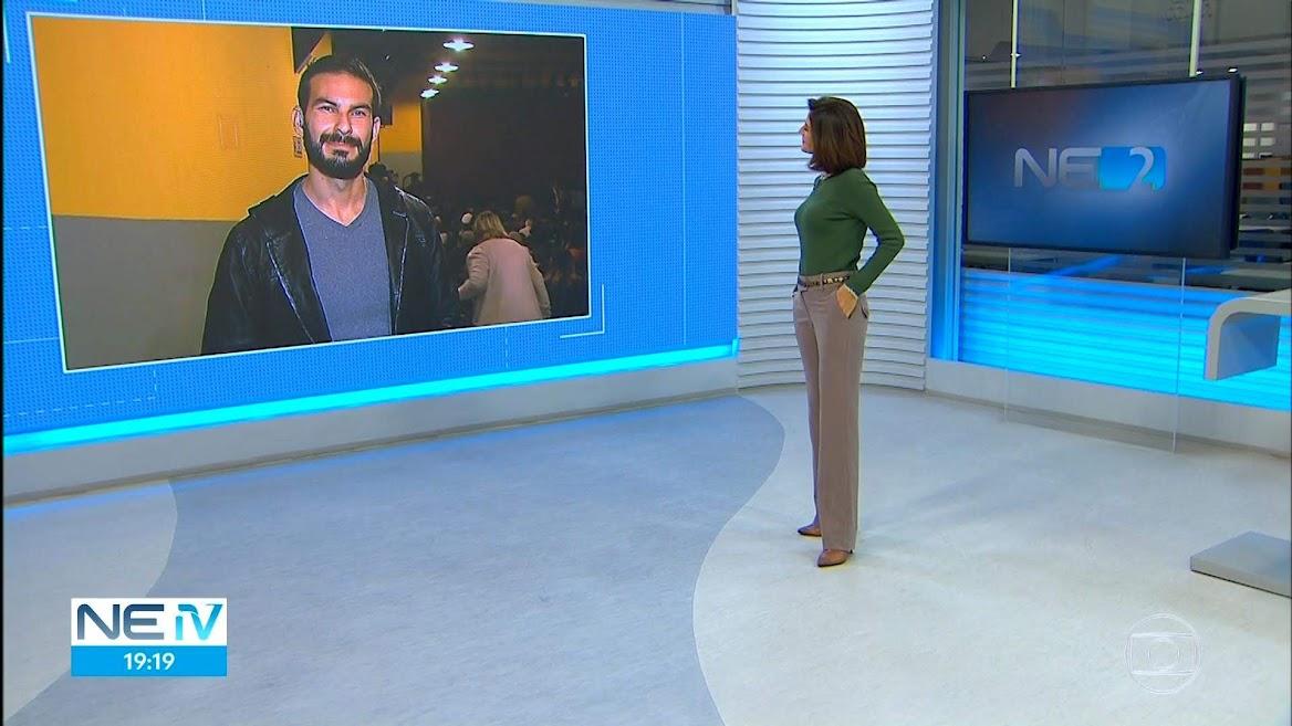 Repórter Anderson Melo, da afiliada da TV Asa Branca em Caruaru, é uma das figuras frequentes nos telejornais da Globo Recife, trazendo notícias do interior do estado em tempo real
