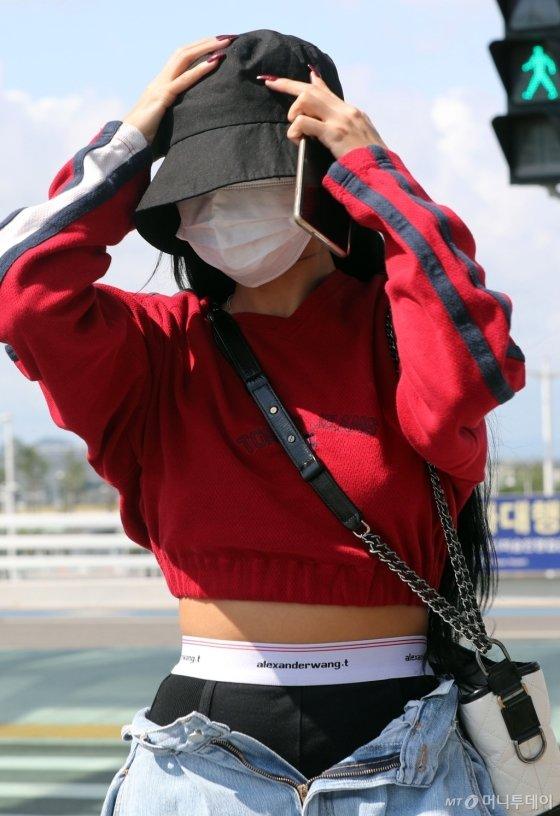 hwasa two pants airport fashion 3