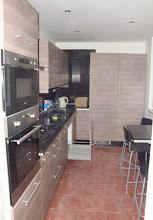 Photo: Původní strop v kuchyni majitelů. Strop byl snížen tak, že nešlo otevřít okno. Proto se strop shazoval a dělal znova. Vestavěná kuchyň je ale jinak krásná a prostorná.