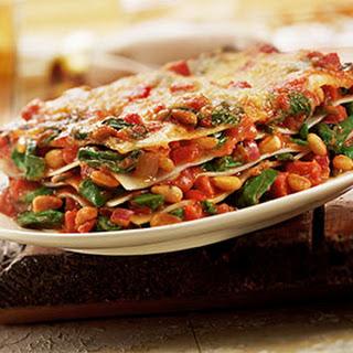 Lasagne met Italiaanse worst, spinazie, rode ui en pijnboompitten