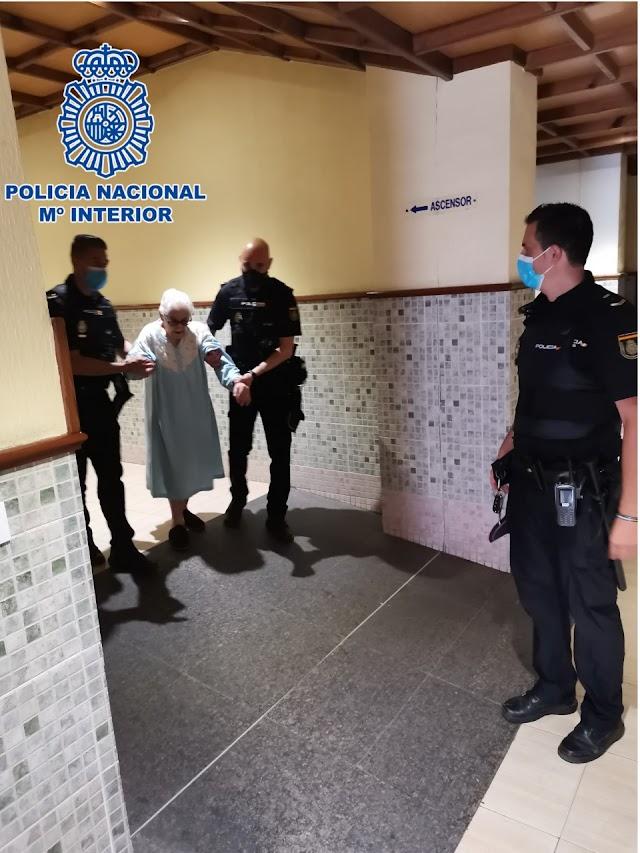 Los agentes ayudan a una mujer a abandonar el edificio, en una imagen difundida por la Policía Nacional.