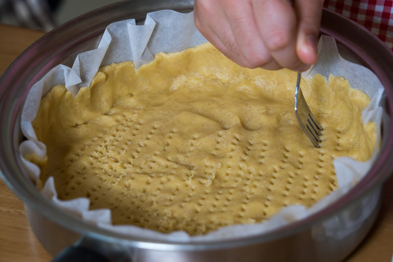 黒千石レシピ:3-2.フォークで底に穴を開ける
