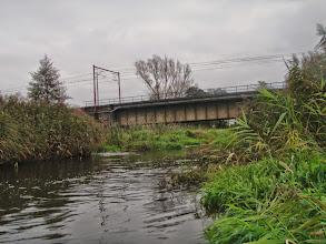 Photo: 3,2 km Most linii kolejowej Łowicz – Warszawa, za nim rozlewisko, można płynąć lewą odnogą (zjazd a la pochylnia) lub prosto do młyna