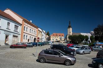 Photo: Przez rynek przebiega główna droga. I jest tu jeden wielki parking.