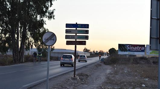 """Cuatro idiomas para pedir un arcén que """"salve vidas"""" en la AL-3111 de Níjar"""