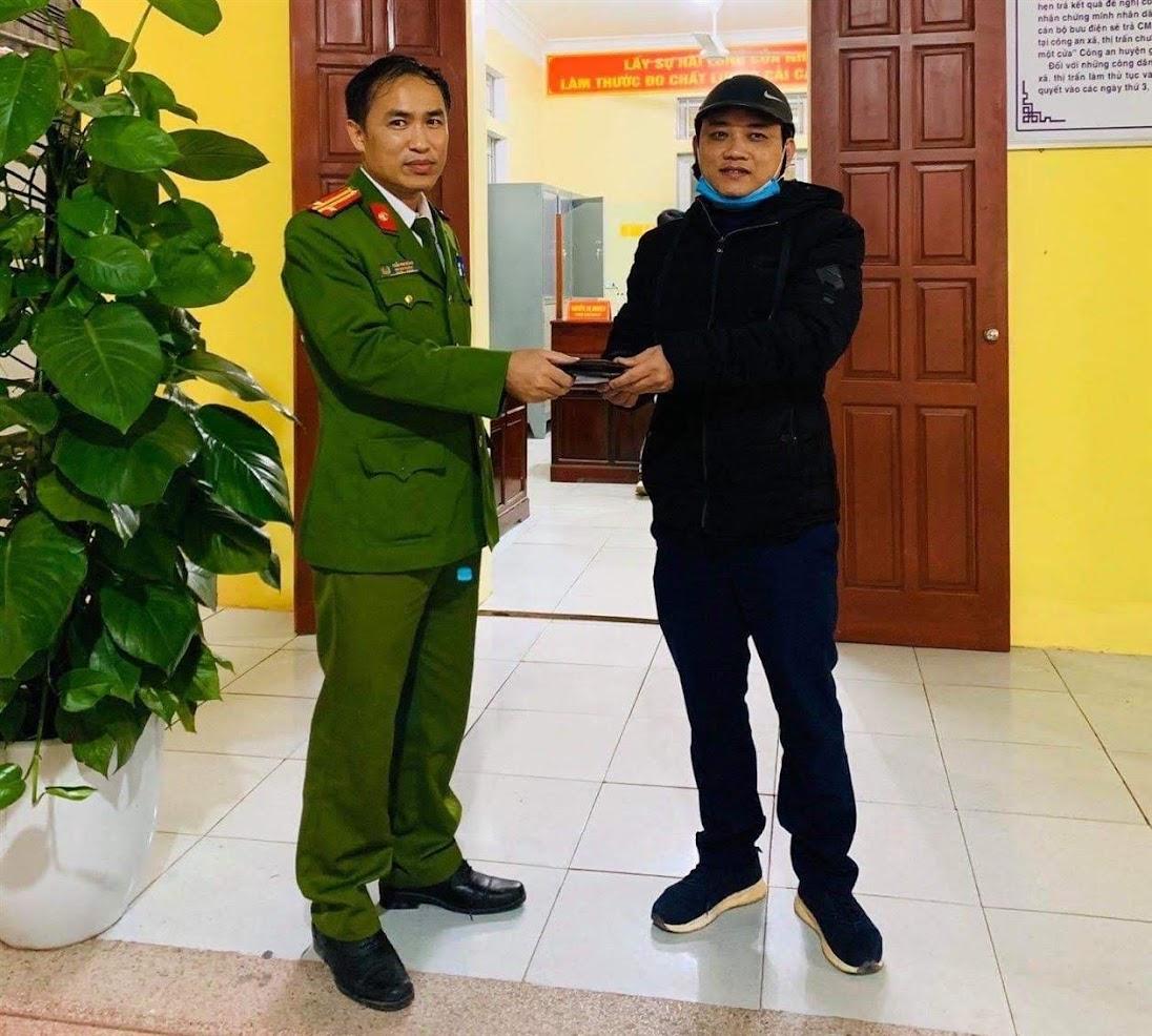 Trung tá Trần Phi Hùng, Phó Đội trưởng Đội Cảnh sát QLHC về TTXH Công an huyện Quỳnh Lưu tra trả tài sản cho người dân