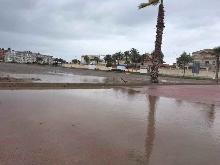 Agua acumulada tras las lluvias en Roquetas. / Foto: Raúl Ramos