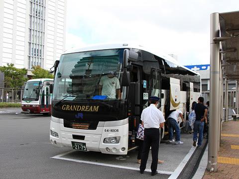西日本JRバス「高知エクスプレス」 2179 グランドリーム車両 と高知駅バスターミナルにて