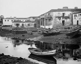 Photo: Ribeira dos Peiraos, coa casa das Columnas (Hospital de San Lázaro). Nas barcas xeiteiras a metade do barco era para meter o peixe. Outras barcas que se ven son gamelas de proa.