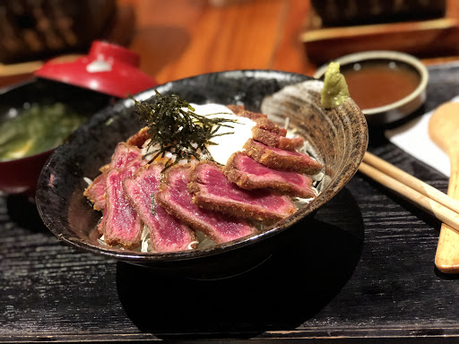 炸牛肉很軟嫩,好吃😋 不敢吃太生的還有小烤檯可以烤熟喔! 很貼心的設計