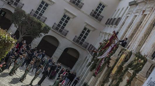 El Pendón reconquista el balcón principal del Ayuntamiento 14 años después