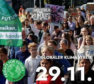 Junge Menschen, Fridays for Future Fahne, Plakate, «Rettet die Umwelt».
