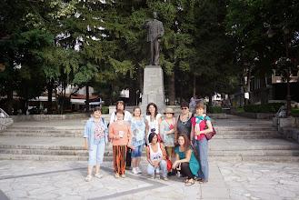 Photo: След посещението на къщата музей на Никола Вапцаров, групата се снима и пред неговия паметник в центъра на Банско.
