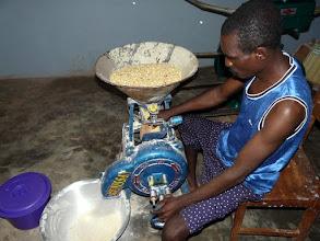 Photo: dont la vente du produit moulu leur procure déjà un bénéfice..